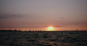 Embarcadero del muelle de la puesta del sol, barcos y movimiento de los yates en agua en la c?mara lenta de oro de la puesta del  almacen de video