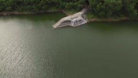 Embarcadero del muelle en el depósito eléctrico hidráulico de la presa del lago metrajes