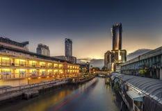 Embarcadero del rascacielos y de Pratunam en Bangkok; transporte del agua cerca Imagen de archivo libre de regalías