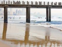 Embarcadero del ` s de UShaka y de Moyo en frente al mar principal del ` s de Durban Imágenes de archivo libres de regalías