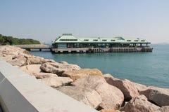 Embarcadero del transbordador en la playa Fotos de archivo