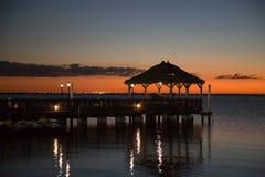 Embarcadero el mar y la puesta del sol fotos de archivo libres de regalías