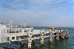 Embarcadero (embarcadero) en la costa Tiberíades Imágenes de archivo libres de regalías