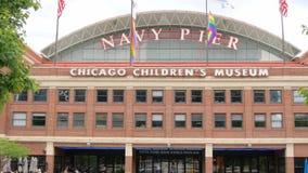 Embarcadero en Chicago - una señal popular de la marina de guerra en la ciudad - Chicago, los E.E.U.U. - 14 de junio de 2019 almacen de metraje de vídeo