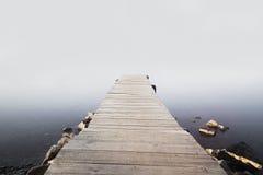 Embarcadero en el amanecer brumoso Fotografía de archivo