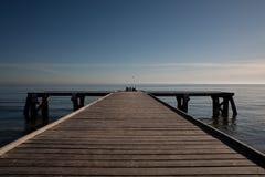 Embarcadero en el cielo azul Foto de archivo