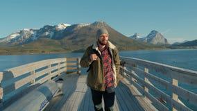 Embarcadero en el fiordo con un hombre El raine de Noruega lofoten almacen de video