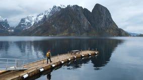 Embarcadero en el fiordo con un hombre Raine Lofoten de Noruega almacen de metraje de vídeo