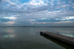 Embarcadero en el lago fotografía de archivo