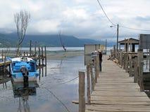 Embarcadero en el lago Atitlan en San Juan, Guatemala fotografía de archivo