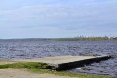 Embarcadero en el lago con el cielo hermoso imagenes de archivo