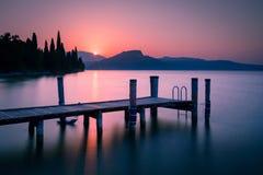 Embarcadero en el lago Garda en la salida del sol Fotografía de archivo