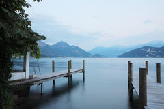 Embarcadero en el lago lucerne Imagen de archivo libre de regalías