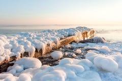 Embarcadero en el mar del invierno hielo, revestimiento, fondo de la naturaleza Imagenes de archivo