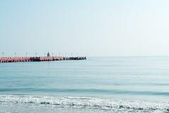 Embarcadero en el mar en la provincia de Prachuap Khiri Khan, Tailandia Imágenes de archivo libres de regalías