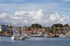 Embarcadero en el puerto fotografía de archivo