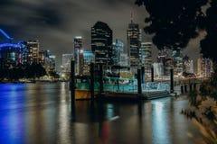 Embarcadero en el río de la ciudad en la noche imagen de archivo libre de regalías