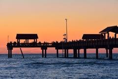 Embarcadero 60 en fondo colorido de la puesta del sol Es uno del fi más bien equipado y más atractivo fotografía de archivo libre de regalías