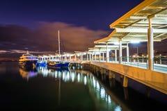 Embarcadero en la bahía de Manila en la noche, en Pasay, metro Manila, Philipp Foto de archivo