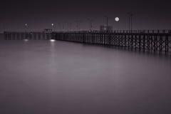 Embarcadero en la noche debajo de la Luna Llena Fotografía de archivo
