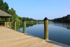 Embarcadero en la orilla del lago imagenes de archivo