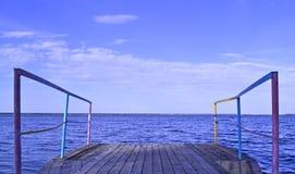 Embarcadero en la orilla en buen tiempo foto de archivo libre de regalías
