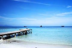 Embarcadero en la playa imagen de archivo
