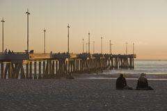 Embarcadero en la playa California de Venecia en la puesta del sol Imágenes de archivo libres de regalías