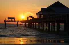 Embarcadero 60 en la playa de Clearwater, FL, en la puesta del sol Imagen de archivo