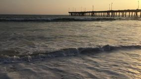 Embarcadero en la playa de Venecia almacen de metraje de vídeo