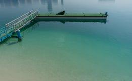 Embarcadero en la playa en Abu Dhabi Imágenes de archivo libres de regalías