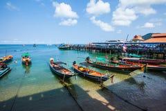 Embarcadero en la playa tropical hermosa en Koh Tao, Tailandia Fotografía de archivo