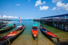 Embarcadero en la playa tropical hermosa en Koh Tao, Tailandia Imágenes de archivo libres de regalías