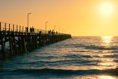 Embarcadero en la puesta del sol imagenes de archivo