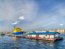 Embarcadero en Neva River con un rompehielos en la ciudad del animal doméstico del St Imágenes de archivo libres de regalías