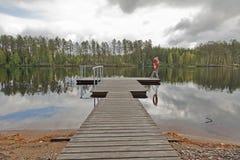 Embarcadero en un lago en Finlandia Imagen de archivo libre de regalías