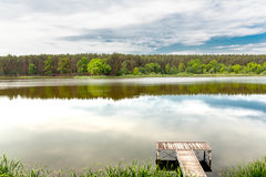 Embarcadero en un río tranquilo en el verano Fotos de archivo