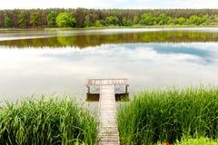 Embarcadero en un río tranquilo en el verano Fotografía de archivo