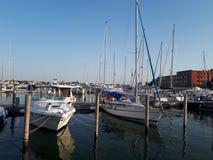 embarcadero en Venecia con los barcos en la puesta del sol foto de archivo