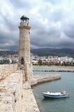 Embarcadero, faro y barco de piedra en el puerto de Chania crete fotografía de archivo libre de regalías