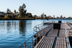 Embarcadero flotante de la pesca en el lago Murray en San Diego Imagenes de archivo