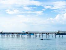 Embarcadero industrial en el puerto en el mar foto de archivo libre de regalías