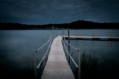 Embarcadero a la oscuridad Fotos de archivo
