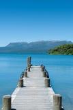 Embarcadero, lago y montaña - Tarawera Fotos de archivo libres de regalías