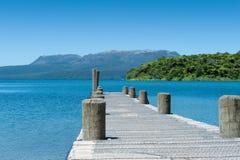 Embarcadero, lago y montaña - Tarawera Imagen de archivo