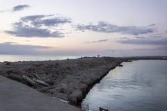 Embarcadero largo con el rompeolas de piedra foto de archivo