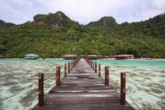 Embarcadero largo en la isla del semporna Fotografía de archivo