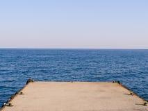Embarcadero marino en un fondo del mar azul Imágenes de archivo libres de regalías