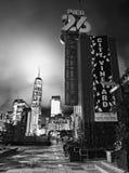 EMBARCADERO 26 NYC con el World Trade Center en la tierra trasera Fotografía de archivo libre de regalías
