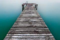 Embarcadero o embarcadero de madera en el lago